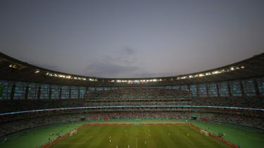 Schweiz og Tyrkiet på banen under en EM-kamp på Det Olympiske Stadion i Baku, der er opført til en pris i omegnen af 4,1 milliarder kroner. UEFA har udpeget Aserbajdsjan til at være fodboldværter, til trods for at det kaukasiske regime ikke har nogen nævneværdig sportskultur.