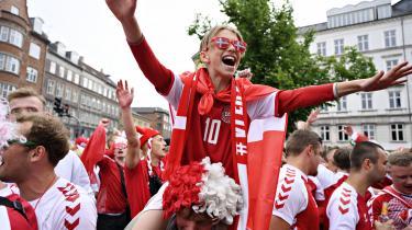 Danmark bader i dannebrog. Der er folkefest, vi græder og glæder os sammen, og ekstasen omkring landsholdet har atter vækket fællesskabet som dengang i 1980'erne og i '92. Fire fodboldkendere sætter ord på, hvordan nationen pludselig er blevet samlet som et kollektiv