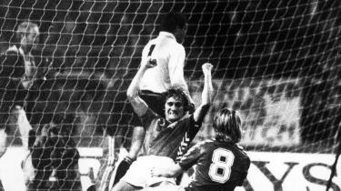 På Wembley i 1983 blev Danmark tilkendt et straffepark for en engelsk hånd på bolden. Allan Simonsen sparkede den behersket midt i målet og blev således aftenens helt. Det var fuldt fortjent.