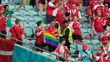 Herhjemme blev konflikten tydelig, da den danske fodboldfest i weekenden var en tur i den kaukasiske diktaturstat, Aserbajdsjan, hvor sikkerhedsvagter på stadion konfiskerede et regnbueflag fra en fredelig, dansk fodboldfan.