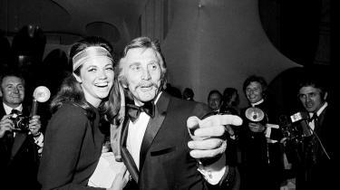 Den legendariske skuespiller, instruktør og producer Kirk Douglas med den amerikanske skuespillerinde Jo Ann Pflug til en fest in Cannes i 1970.