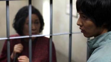 Den 27-årige Do-Joon er hele omdrejningspunktet i sin mors enkle liv. Da han en dag beskyldes for at have begået et mord, sætter hun derfor alt ind på at få ham frikendt.