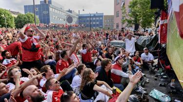 Værtshuset Lumskebuksen på Østerbro i København er den seneste tid blevet et samlingssted for danske fodboldfans. Til kampene mellem Danmark og henholdvis Tjekkiet og Wales har der været op omkring 1.500.