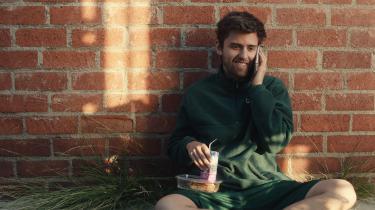 I den romantiske komedie 'Shithouse' følger man 19-årige Alex, der er førsteårsstuderende og lider af slem ensomhed. Til en fest møder han sit kvindelige modstykke, Maggie, som han tilbringer natten med.