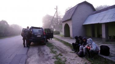 Grænsevagter fra Litauen tilbageholder migranter, der ulovligt krydser grænsen mellem Belarus og Litauen.