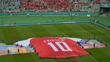 Christian Eriksen hyldes før kampen mod Tjekkiet. Da han fik hjertestop i Parken, blev det klart for enhver, at fodbold ikke er krig og spillerne ikke soldater, men at det, vi kan kalde medmenneskeligheden, må komme før alt andet.