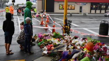 Blomster til minde om ofrene efter terrorangrebet i en moske i Christchurch, hvor gerningsmanden efterlod sig et manifest med teorien om 'Den store udskiftning' – en konspirationsteori, der ifølge nyt studie kan føre til vold mod muslimer.