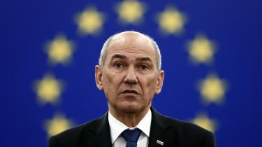 Sloveniens premierminister Janez Janša, som bærer øgenavnet »Mini-Orban«, vil bruge sit EU-formandskab på at vise opbakning til den illiberale østeuropæiske klub, og det kan ikke passere uden kritik, skriver Matthias Sonne i denne leder.