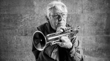 Palle Mikkelborg lærte ikke at spille trompet på en skole eller et konservatorium, men i en chokoladebutik. Siden da har han været både leder af Radiojazzgruppen, musiker, arrangør, dirigent og kunstnerisk leder i DR Big Band samt en bærende søjle i den internationalt anerkendte Riel-Mikkelborg Kvintet.