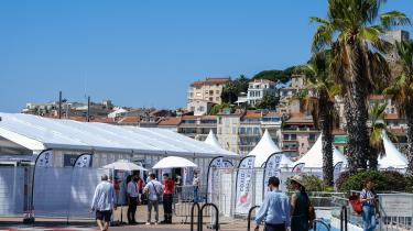 Deltagere på årets filmfestival i Cannes venter på at få foretaget en coronatest. Festivalen står på mange måder i coronaens tegn, da frygten for, at corona får tag i filmfestivalen og lægger den og byen ned har fået festivalen til at indføre forskellige, ganske givet fornuftige, men også besværlige tiltag.