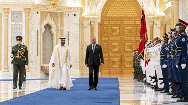 Kronprins Mohamed Bin Zayed med Iraks premierminister Mustafa al-Kadhemi under en ceremoni i Abu Dhabi. I de senere år er Bin Zayeds magt vokset betydeligt i Mellemøsten, og den udenrigspolitiske linje er blevet mere aggressiv.