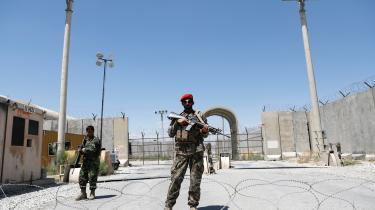 Afghanske soldater bevogter porten ved den amerikanske luftbase i Bagram, efter at de sidste amerikanske tropper har forladt den. Eksperter frygter, at den vestlige tilbagetrækning vil øge terrortruslen i fremtiden.