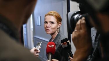 Venstres daværende udlændinge- og integrationsminister Inger Støjberg i november 2015 på vej til forhandlinger om at hæve ventetiden på familiesammenføring fra et til tre år. Et af Støjbergs argumenter mod de daværende bekymringer var, at hendes embedsfolk ikke havde »kendskab til, at der i andre lovforslag på lignende vis er henvist til risikoen for, at Den Europæiske Menneskerettighedsdomstol i forbindelse med prøvelse af en konkret sag vil kunne nå frem til, at lovforslagets ordning ikke er forenelig med Den Europæiske Menneskerettighedskonvention«.