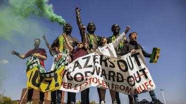 Manchester United fans protesterer over rigmandskuppet i europæisk fodbold i foråret. Deres protester virkede, og de tog fodbold tilbage fra pengemændene.