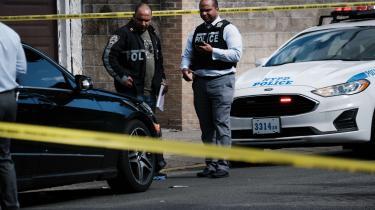Politiet efterforsker en skudepisode i Brooklyn i juni 2021. Efter 20 år med færre skyderier, oplevede mange provinsbyer og storbyer en brat stigning i voldsanvendelse med våben i forbindelse med pandemien.