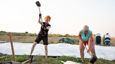 Kvindelejren på Femø fejrer i disse dage 50-års jubilæum som en institution i dansk feminisme. Lejren, der blev skabt med støtte fra Kulturministeriet, har både været et utopisk tilflugtssted og et ophedet diskussionsforum, der afspejlede kvindebevægelsens brydninger. Men hvad skal og kan kvindelejren i dag?