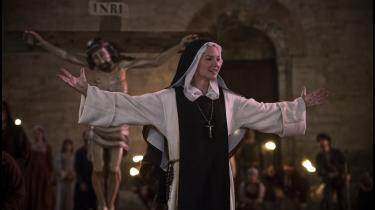 Søster Benedetta (Virginie Efira) forkynder for sine medsøstre, at huner Jesu tilkommende i Paul Verhoevens kulørte ogsatiriske 'Benedetta'.