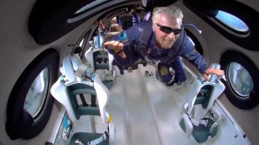 Søndag blev Richard Branson, stifter af Virgin-imperiet for luftfart, togrejser, internet, underholdning med mere, den første af tre konkurrerende milliardærer, der foretog en kortvarig rejse til rummet. Bransons kommercielle ambition er fra næste år at sælge rumturisme. »Vi er fortroppen for en ny rumalder. Vores mission er at gøre rummet mere tilgængeligt for alle,« sagde en oprømt Branson efter sin tilbagevenden til Jorden.