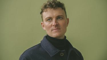 Som en der har levet inde i et Jørgen Leth-digt det meste af sit liv, satte det tanker i gang for den unge forfatter Peter Løhr, da Jørgen Leth skulle overtage hans værelse på Det Danske Institut i Rom.