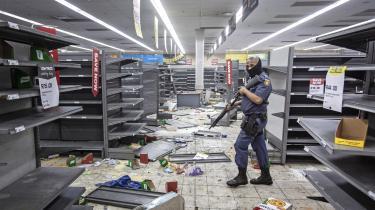 Stribevis af butikker og indkøbscentre er blevet plyndret i Johannesburg.
