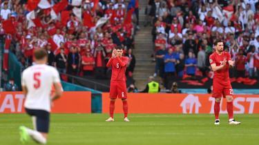 Det danske landshold burde ikke være så bange for at vise modstand mod racisme. Her klapper Andreas Christensen og Pierre-Emile Højbjerg af en knælende engelsk landsholdsspiller.