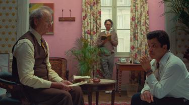 Wes Anderson har med 'The French Dispatch', der deltager i årets hovedkonkurrence i Cannes, lavet en smuk film fuld af vidunderlige og excentriske indslag. Det er dog også en fragmentarisk oplevelse, der mangler følelsesmæssig og menneskelig klangbund