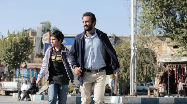 Rahim(Amir Jadidi) fanges i et spind af løgne, bedrag og sociale medier, da han forsøger at komme ud af gældsfængsel og genstarte sit liv i Asghar Farhadis hverdagsdrama 'En helt'.