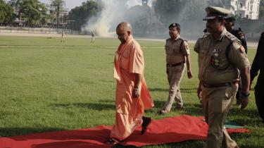 Ledende minister for det hindunationalistiske parti i regionen Uttar Pradesh, Yogi Adityanath, på besøg på en plantage. Han satser på genvalg ved det kommende statsvalg, og derfor mistænker nogen ham for at foreslå den nye lov om en tobarnspolitik af politisk opportune grunde.
