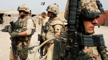 Den danske deltagelse i krigsfiaskoen skyldes to statsministres reflekser og deres sammenblanding af udenrigspolitik og indenrigspolitik. På billedet er soldater fra den danske bataljon i Camp Sandford i 2008 ved at gøre sig klar til at tage på patrulje.