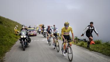 Tadej Pogačar i den gule trøje med danske Jonas Vingegaard bag sig.
