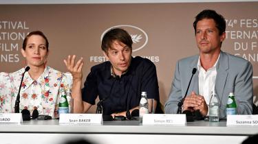 Anmelder Christian Monggaard vil ikke brokke sig, hvis Guldpalmen går til amerikanske Sean Bakers (i midten) vidunderlige Red Rocket, der både er et portræt af en falleret pornostjerne, fantastisk spillet af Simon Rex (til højre). Her er de to til pressekonference i Cannes.