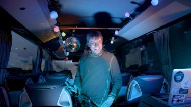 Der er ingen partybusser på Bornholm, så da Kim Richard Adler Mejdahl skal bruge sådan en til sit videoværk, må han selv installere de nødvendige kulørte lamper og diskokugler i en almindelig turistbus