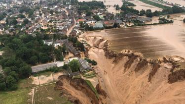 Ved Erftstadt nord for Køln har et jordskred åbnet, hvad der ligner et kæmpemæssigt krater, som vokser sig større og større. Adskillige huse er allerede blevet ædt, og nu truer hullet med at sluge resten af byen.