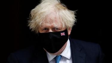 I tre måneder har Boris Johnson måttet forsvare sig mod en lind strøm af anklager fra sin tidligere spindoktor Dominic Cummings, der tegner et billede af en konservativ regering, hvis inkompetence og ligegyldighed over for menneskeliv endte med tusindvis af unødvendige coronadødsfald. Intet tyder på at Cummings er færdig med at angribe sine gamle allierede