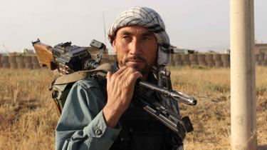 En afghansk politimand holder vagt, for mens Vesten trækker sig ud af blandt andet Afghanistan, udvikler jihadismen sig fortsat.