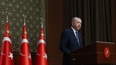 Når Erdogan laver sin finte, får EU-toppen en undskyldning for deskalering over for Tyrkiet, som de kan bruge i offentligheden. Det gør de – ikke fordi Erdogan snyder EU-toppen – men derimod fordi EU ikke ønsker en hård konfrontation med Tyrkiet, skriver Søren Søndergaard og Nikolaj Villumsen i denne kommentar.