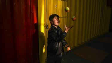 En dreng lærer at jonglere hos Mobile Mini Circus for Children i Kabul.