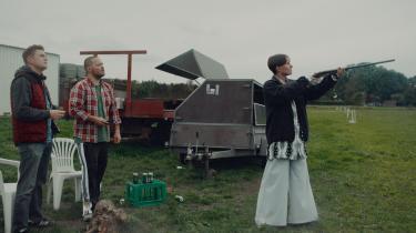 Da den nyslåede forfatterIrina (Rosalinde Mynster, t.h.) vender hjem til gården, hvor hun er vokset op, for at deltage i sin brors bryllup, kommer det ikke til at gå stille for sig i Lisa Jespersens 'Hvor kragerne vender'.