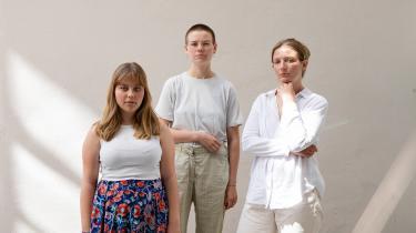 De tre unge klimaaktivister gør status efter samtaler med ældre aktiviter fra 70'erne og 80'erne. Fra venstre: Hannah Hagens (Fridays For Future), Anna Bjerre (Den Grønne Studenterbevægelse) og Nynne Juul (XR - Extinction Rebellion)