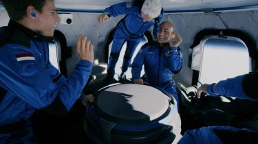 Jordens rigeste mand, Jeff Bezos, svæver i rummet sammen med den ældste person i rummet, den 82-årige astronaut Wally Funk, og den yngste mand i rummet, den 18-årige rigmandssøn Oliver Daemen.