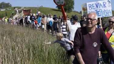 Aktivisterne for at bevare Amager Fælled kunne tidligere på sommeren glæde sig over, at byggeriet blev stoppet på grund af en vandsalamander, der var truet af byggeriet. Men glæden blev dog kortvarig, i dag er man igen i gang med dele af byggeriet.