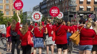 Lønnen er en af grundene til, at Line Nørmølle Højlund har valgt at tage et andet job, hvilket hun har besluttet, mens konflikten har stået på. På billedet demonstrerer sygeplejersker på Rådhuspladsen i København.