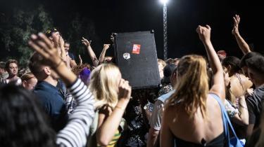 Festerne er rykket ud på gaderne i Købehavn, blandt andet i Nørrebroparken, hvor mange unge holder fest om natten, fordi natklubberne er lukket.
