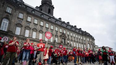 Strejkende sygeplejersker til demonstration på Christiansborg Slotsplads 10. juli.