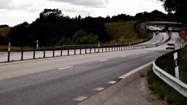 Over 100 danske biler er blevet ramt af sten på den svenske vejstrækning mod Ystad, men politiet kender hverken gerningsmand eller motiv. Vil sagen skabe splid i relationen mellem Danmark og Sverige? Eller er den udtryk for, at forholdet til vores nordiske nabo allerede er anspændt? Information opruller sommerens mysterium