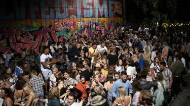 Salget af soundbokse er eksploderet under corona, og mange føler sig generet af de unges fester. Skal der være plads til både dem, der vil sove, og dem, der vil feste, er det nødvendigt at tænke festen ind i byplanlægningen og tænke over, hvor festen kan foregå, for ellers løser problemet sig ikke.