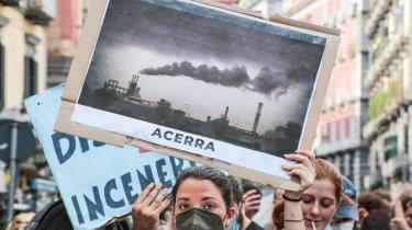 Klimaaktivister på gaden i Napoli under et todages mellem G-20-landenes miljø- og energiministre. De lykkedes ikke at blive enige om fælles ambitiøse skridt for at mindske klimaforandringerne.