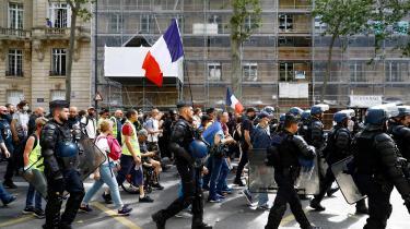 Demonstranter gik i weekenden på gaden i Paris i protest mod den franske regerings vaccinepas.