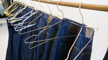 Jeans holder langt kortere end tidligere, og da man skønner, at halvdelen af jordens befolkning ejer mindst ét par jeans, er forbruget på verdensplan enormt. Derfor er det på tide, at producenterne af jeans viser, at de tager bæredygtighed alvorligt og producerer mere holdbare jeans.