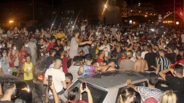 Tusindvis af mennesker strømmede ud på gaden, hvor der var jubelscener efter udmeldingen om, at landets præsident Kais Saied havde afsat premierministeren og suspenderet parlamentet i 30 dage.